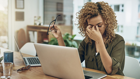 woman with laptop experiencing eye strain